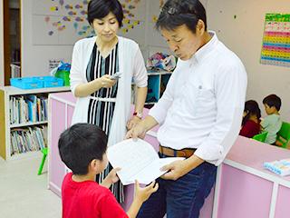子供の勉強を見る天才キッズクラブ 田中さん