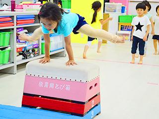 天才キッズクラブ 跳び箱をする園児たち